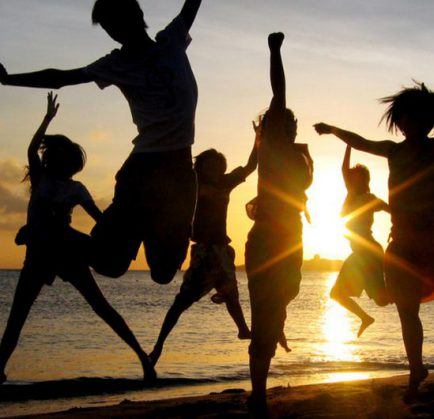 Al mare con gli amici per una vacanza sportiva
